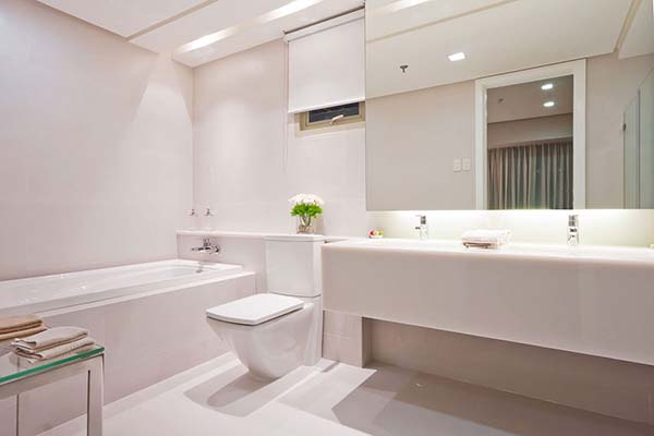 toilet and bath in the marco polo residences